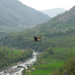 Beaucoup de flancs de vallee ne sont pas relies par la route, seul un cable et sa petite cage desenclave les villages