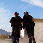 Les tibetains de l'ouest sont reconnaissables a leurs longues tresses decorees de rouges et de coraux