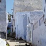 Les petites ruelles aux maisons bleues donnent un air meditérranéen