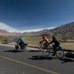 Sur la route vers le lac de Karakul en compagnie de Heidi et Steven, un couple belge rencontré au Pakistan