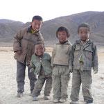 File prendre ton bain! Enfants tibetains lors d'un bivouac en sol un peu poussiereux! (Ils sont presque plus sales que nous)