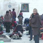 Les pelerins devant le temple du Jokhang