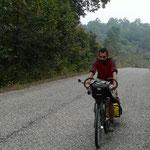 Nico a vélo au milieu d'une foret déserte