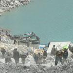Pour relier la vallée au reste du Pakistan, on s'organise: Des porteurs font la liaison entre les camions et les bateaux