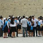 Le 25 Mai doit etre special ici, tout les eleves sont déguisés en Mr et Miss ouzbek