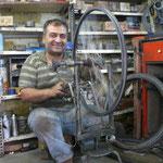 Forcément les km et les pistes ne font pas que du bien aux vélos, petit rafistolage par ce souriant réparateur afghan