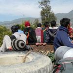 Avec qques jeunes, en direction de Gurje. Dans les bus il y a souvent autant de monde sur le toit qu'a l'interieur
