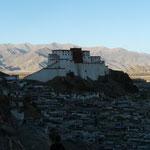 Le Dzong (forteresse) de Shigatse a ete reconstruite dans la meme veine que le Potala