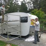 den Wohnwagen streichen  -  painting the caravan