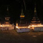 der Tempel, überall brennen Kerzen- everywhere candels