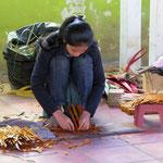 Hier werden Geschenkdosen aus Palmblättern hergestellt - making boxes from palmleaves