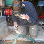 Paul schweißt unseren Schwingarm - Paul is welding our swing arm