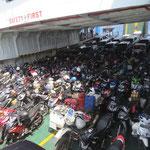 zwischen hunderten von Rollern auf der Fähre  - amongst hundrets of scooters on the ferry