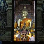 viele müssen noch mal beten - praying to buddha