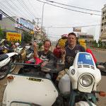 mit Lorent Avizou vor der Werkstatt - Lorent Avizou a bike tourguide in Lao in front of the garage