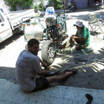 Kev und Jonas mit Kerosin an Motor und Ölwannenschutz - Kev and Jonas have to use Kerosene to clean the engine and other parts