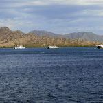 Fähren im Hafenbecken von Sumbawa geparkt  -  ferries parked in the harbour of Sumbawa