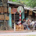 Vietnamesen lieben Singvögel / bird vendor