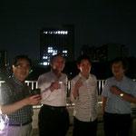 中央大学後楽園キャンパスをバックに焼酎で乾杯です。一番右は、東大教授の宮岡洋一先生です。