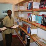 Einrichtung der Präsenzbibliothek im Lesesaal