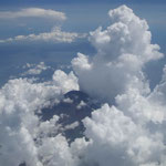 東京から徳島への飛行機の窓から雲の峰に囲まれた冨士が見えました。  ・懐に冨士を抱きて雲の峰(和良)