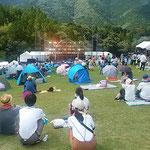 エキサイティングサマーインワジキではテントの人もいました。 ・テントより野外ライブを楽しまん(和良)