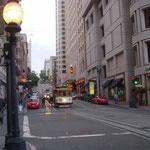 サンフランシスコは坂の街でした。夜は夏とは思えぬほどに涼しかったです。  ・坂の街ケーブルカーの灯の涼し(和良)