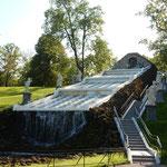 ピョートル大帝の夏の宮殿の庭は広くたくさんの噴水がありました。   ・栗鼠走る木の実の落つる宮殿に(和良)