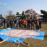 鳴門ウチノ海総合公園で凧揚げ大会が開かれました。                   ・大凧の尾は荒縄でありにけり(和良)