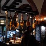 リスボンのレストランにイベリコ豚の生ハムが吊るしてありました。 ・夜の更けてコートの客の多くなる(和良)
