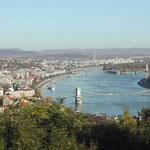 ブタペストの宮殿からドナウ川を眺めました。手前は有名な鎖橋です。 ・秋晴れていよいよ青きドナウかな (和良)