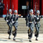 忠烈祠には台湾のために殉職した烈士33万人が祀られています。       ・衛兵は流れる汗もぬぐえぬ身(和良)
