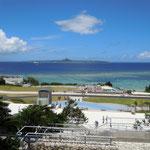 海洋博公園から見えた伊江島です。沖合9キロにありますが、すぐ近くに見えました。 ・そのかみの歴史の島や雲の峰(和良)