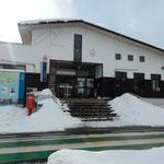のと鉄道の穴水駅です。ここから「のと里山里海号」に乗りました。   ・雪積もる駅舎のポストいと赤し(和良)