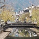城崎温泉は川沿いに湯宿があり、川には鯉が泳いでいました。        ・寒鯉や出湯の城崎川の町(和良)