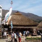 鯉幟がはためく大内宿の茅葺の家に大勢の観光客が来ていました。    ・みちのくの大内宿の五月鯉(和良)