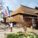 大内宿に並ぶ茅葺の家に大きな鯉幟はよく似合っていました。      ・茅葺の家に大きな鯉幟(和良)