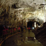 ボストイナ鍾乳洞はトロッコ列車で入り徒歩で観光しました。      ・地の底を流るる水の澄みにけり(和良)