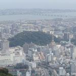 眉山の山頂から眺めた徳島市は冬の日差に包まれていました。 ・冬日濃し山の人にも下界にも(和良)