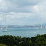 淡路島サービスエリアから見た明石海峡大橋です。            ・爽やかや海峡越えて来る風も(和良)