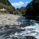月ヶ谷温泉前の勝浦川の河鹿の鳴き声は合唱するかのようでした。 ・河鹿鳴くまるで合唱するやうに(和良)