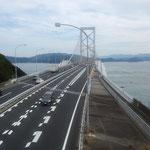 海峡にかかる大鳴門橋の上をたくさんの鷹が渡って行きました。        ・鷹渡る人間の橋見下ろして(和良)