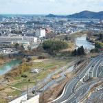 徳島市の文化の森から完成したばかりの南環状線が見えました。           ・早春の街新しき道の成る(和良)