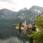 ハルシュタットの湖畔を歩きました。雪渓の残る山が見えました。    ・雪渓を置く山見えて湖静か(和良)