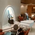 浜松市のホテルにはピアノがあり、胡蝶蘭が飾られていました。     ・ピアノあるホテルのロビー胡蝶蘭(和良)