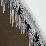 穴水駅の駅舎に氷柱が垂れていました。よく光っていました。      ・解け始む氷柱の放つ光かな(和良)