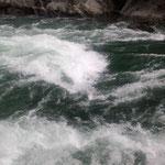 世界ラフティング競技大会が開かれたこの日の大歩危峡は激流でした。    ・逆巻ける峡谷の水澄みに澄み(和良)