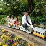こんなかわいいミニ電車も走っていました。               ・甲高き子らの歓声子供の日(和良)