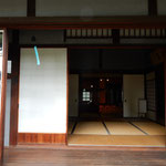 開け放たれた竹の丸には風鈴が吊り下げられていました。        ・開け放ち風鈴の音の途切れなく(和良)