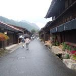 中山道の妻籠宿は山深い木曽路にありました。                                    ・鶏頭や木曽は山国妻籠宿(和良)